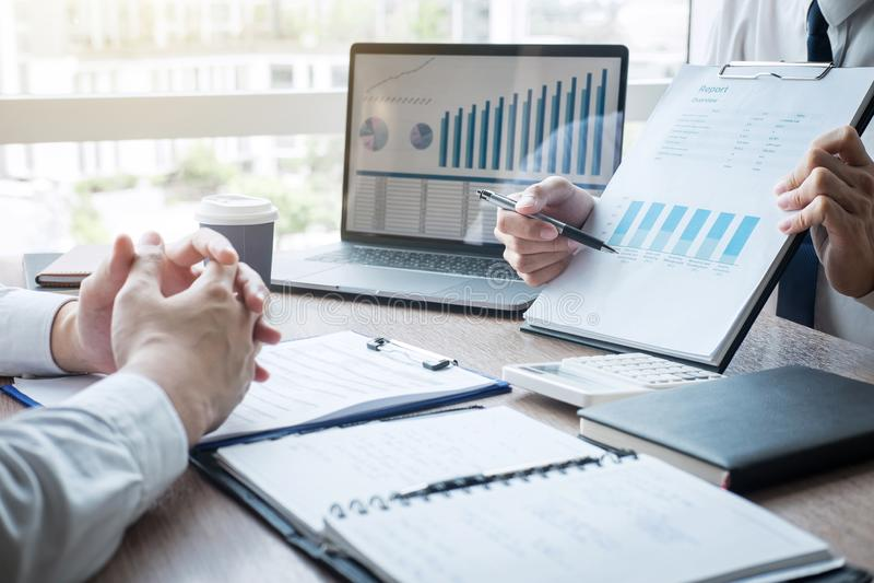 Professionele uitvoerende manager, Partner die idee?n marketing plan en presentatieproject van investering bespreken op vergaderi stock afbeelding