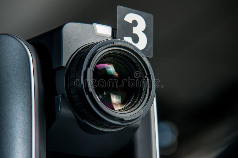 PROFESSIONELE VIDEOCAMERA IN DE TV-STUDIO stock foto