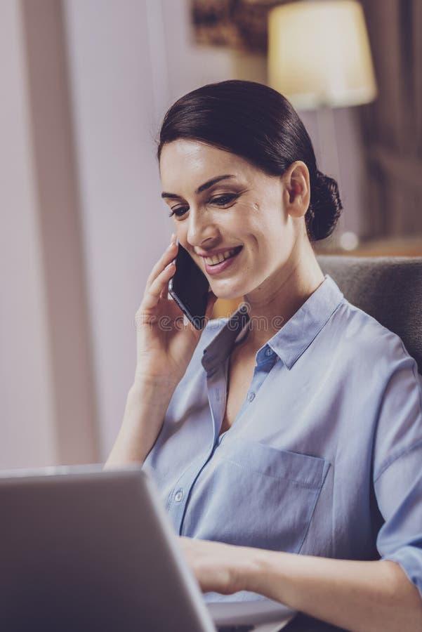 Professionele vrouw die bedrijfsonderhandelingen voeren stock foto