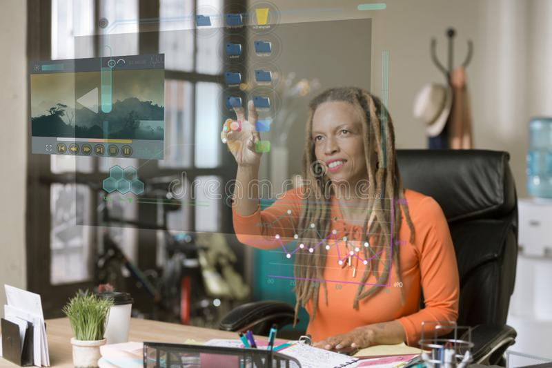 Professionele Vrouw die het Futuristisch Computerscherm in werking stellen royalty-vrije stock afbeeldingen