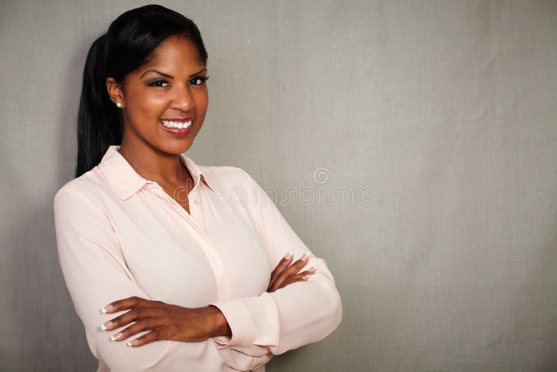Professionele vrouw die met gekruiste wapens glimlachen royalty-vrije stock afbeelding