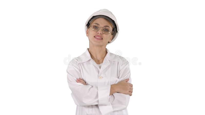 Professionele vrouw in laboratoriumlaag en witte bouwvakker die en op witte achtergrond lopen glimlachen stock foto's