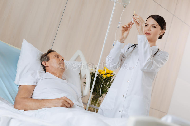 Professionele vrouwelijke arts die bij het ziekenhuis werken stock foto's