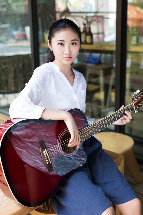 Professionele vrouwelijke gitarist stock fotografie