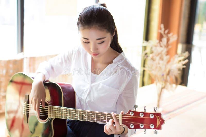 Professionele vrouwelijke gitarist stock foto's