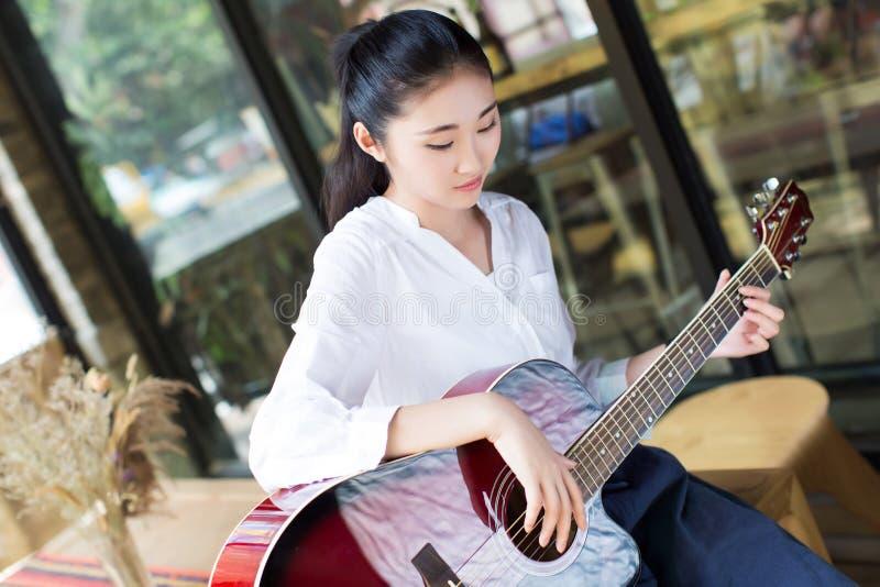 Professionele vrouwelijke gitarist stock afbeelding