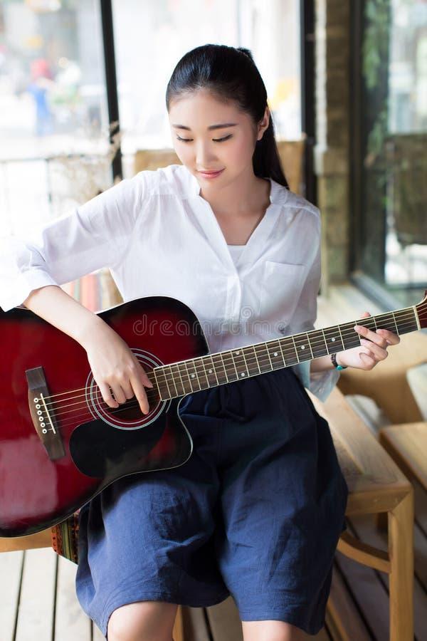 Professionele vrouwelijke gitarist stock foto