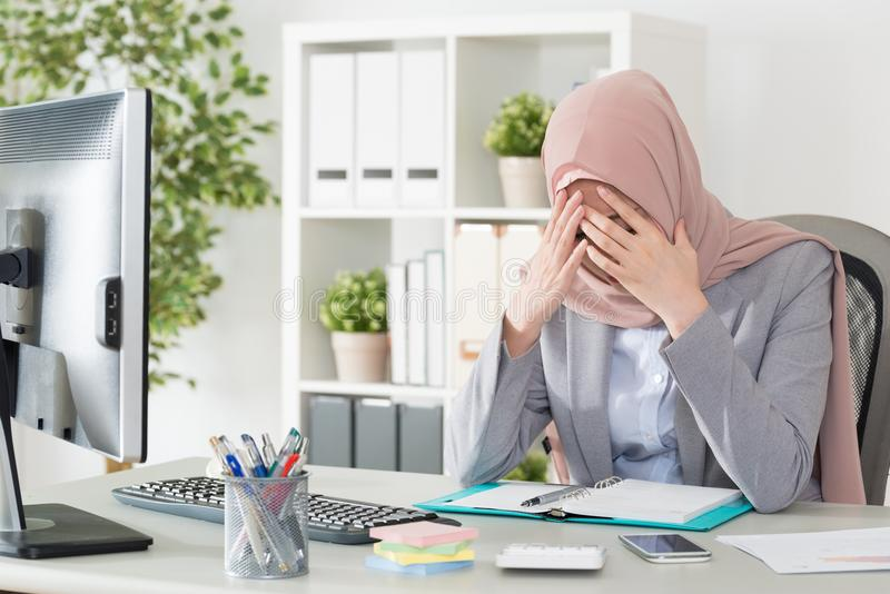 Professionele vrouwelijke moslimarbeider die probleem hebben royalty-vrije stock foto's