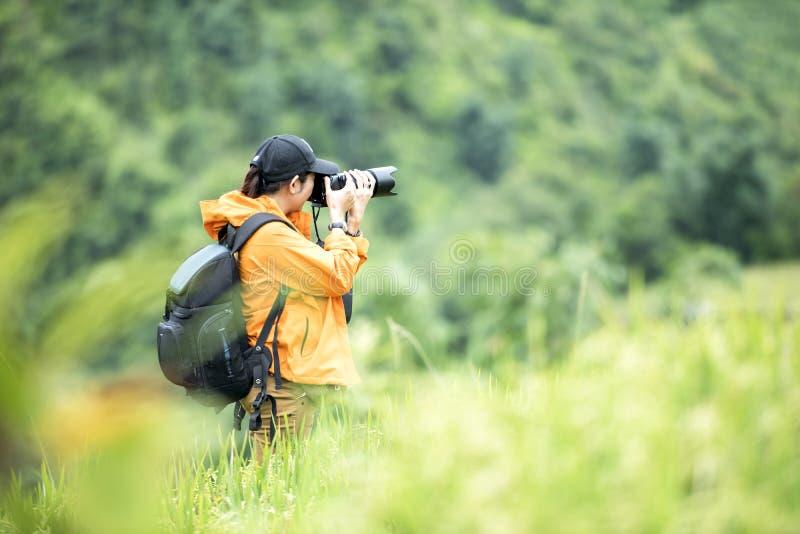 Professionele vrouwenfotograaf die openluchtportretten nemen royalty-vrije stock afbeeldingen