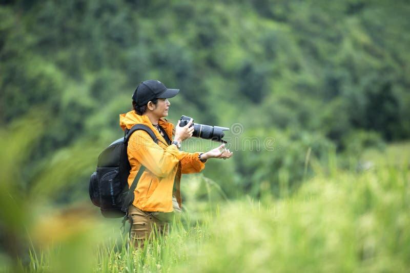 Professionele vrouwenfotograaf die openluchtportretten nemen royalty-vrije stock foto's