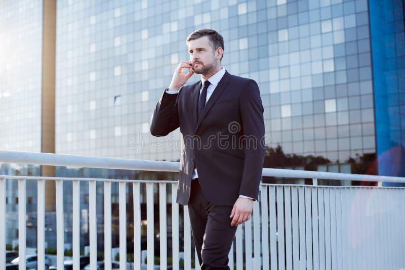 Professionele zakenman tijdens bedrijfsvraag stock afbeelding