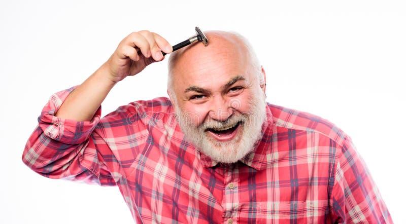 Professionele zorg voor gezicht het scheren de uitrusting van het scheermesjehulpmiddel rijpe gebaarde mens die op wit wordt geïs stock fotografie