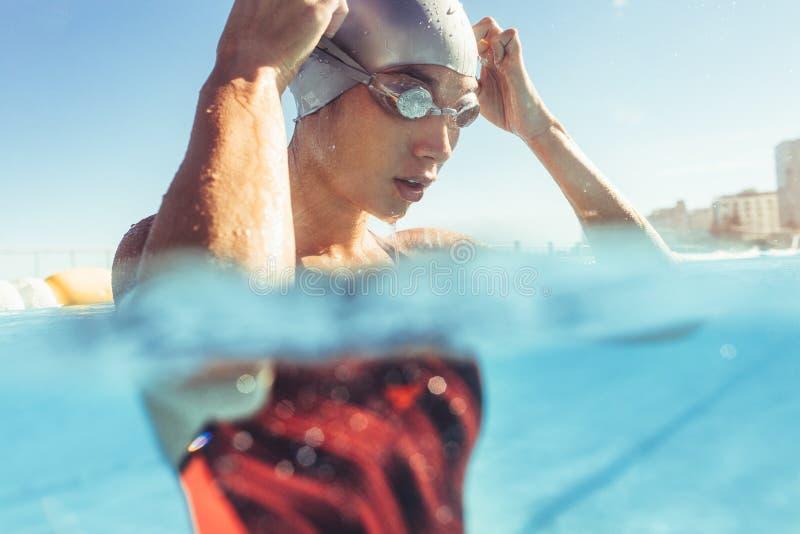 Professionele zwemmer die een onderbreking nemen royalty-vrije stock foto's