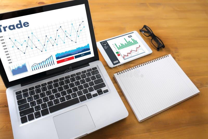 professionell som arbetar grafen för forexen för handelfinans, kartlägger begrepp M fotografering för bildbyråer