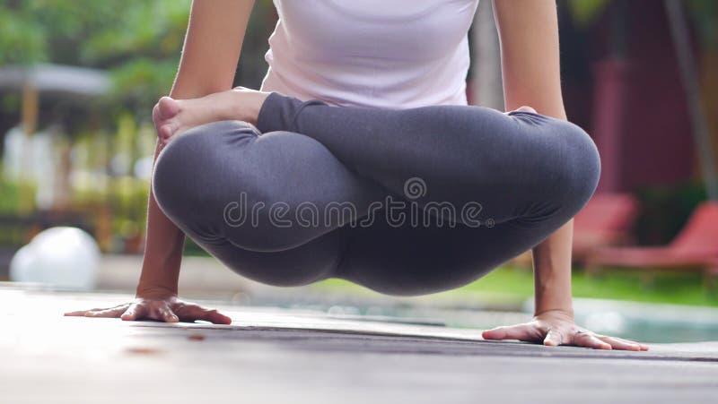 Professionelle asiatische Frauenpraxis Yogareihenfolge Kern-Stärke heben Haltung an stockfotos