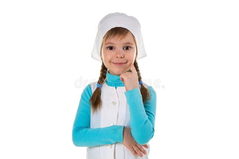 Professionelle glückliche weibliche Krankenschwester, die Hand unter dem Kinn und eine andere halten unter der Brust, Landschaft stockfoto