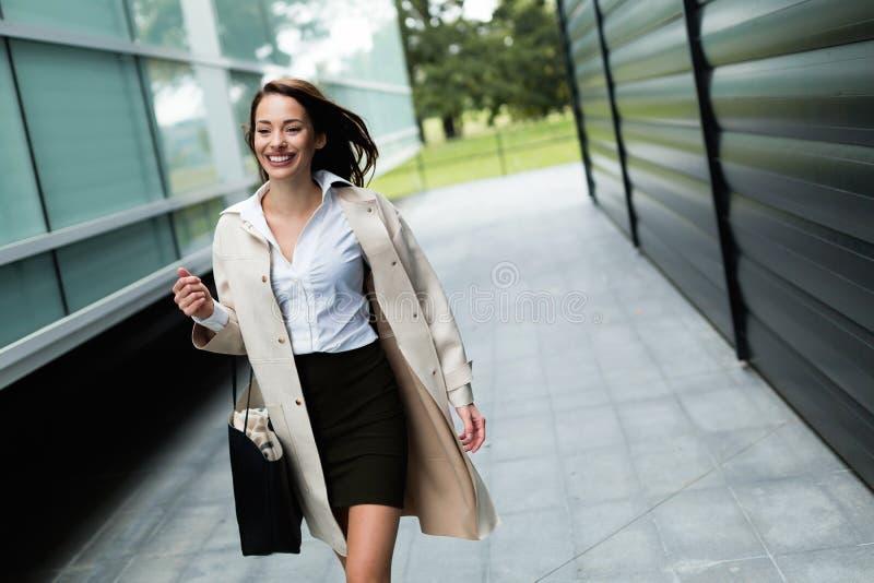 Professionelle schöne und attraktive junge Geschäftsfrauaufstellung stockbilder