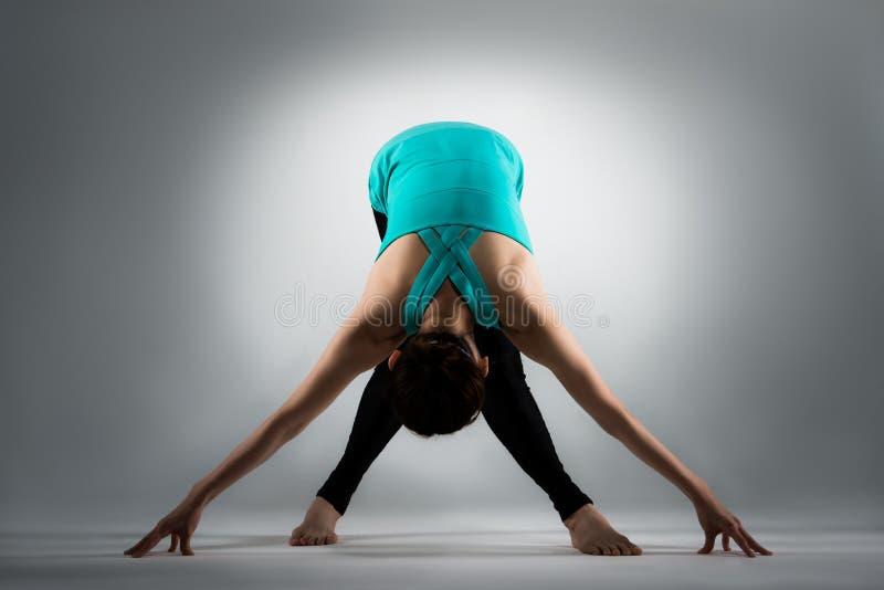 Professionelle weibliche gymnastische Spielerbeine gekreuzt lizenzfreies stockbild