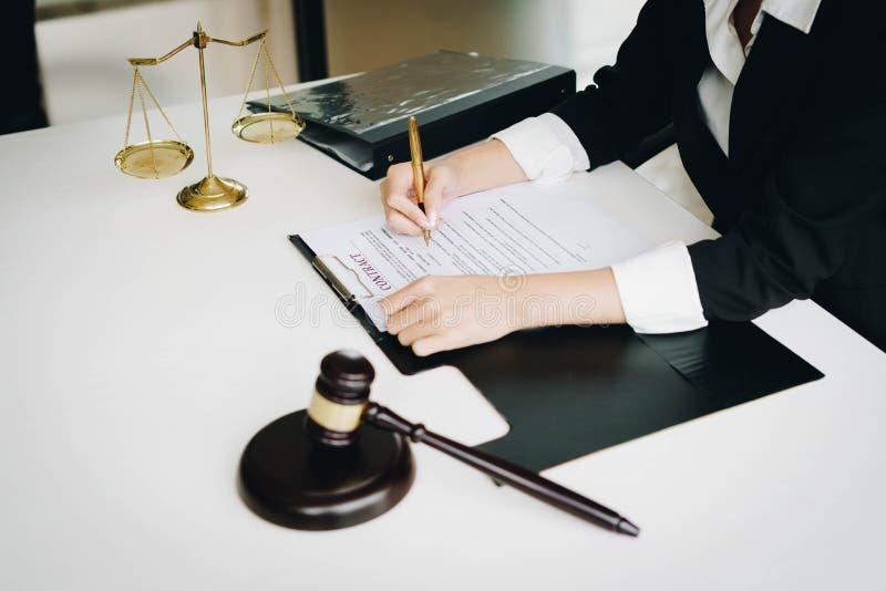 Professionelle weibliche Rechtsanwälte, die an den Sozietäten arbeiten Richter gab lizenzfreies stockbild