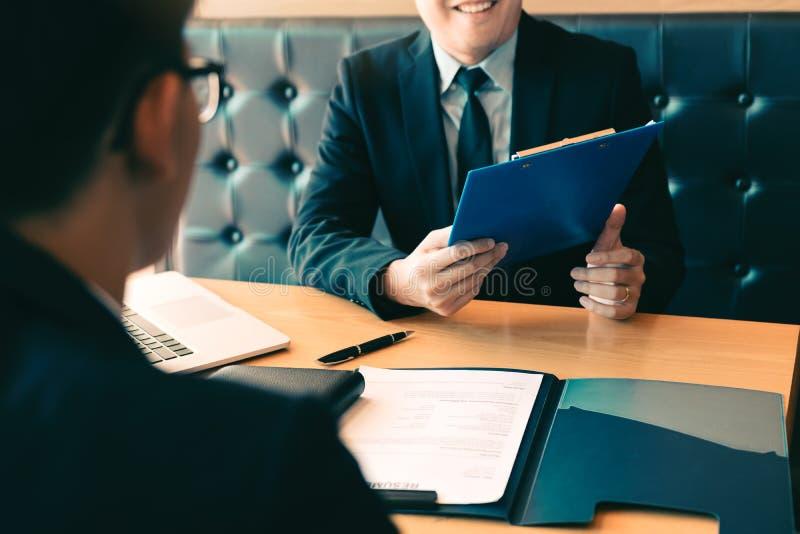Professioneller des intelligenten Geschäftsmannes in der Klagenexekutive, die wenn Angestellter über Arbeit im modernen Büro gest lizenzfreie stockbilder