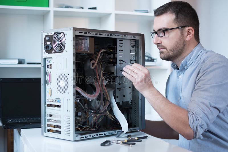 Professioneller, die Computer repariert lizenzfreie stockbilder