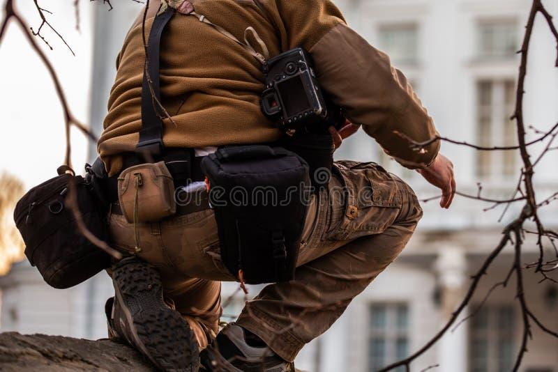 Professioneller extremer Fotografgurtbeutel-Systemgang in der Aktion stockfoto