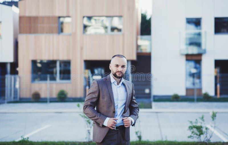 Professioneller junger Grundstücksmakler in der Klage lizenzfreies stockfoto