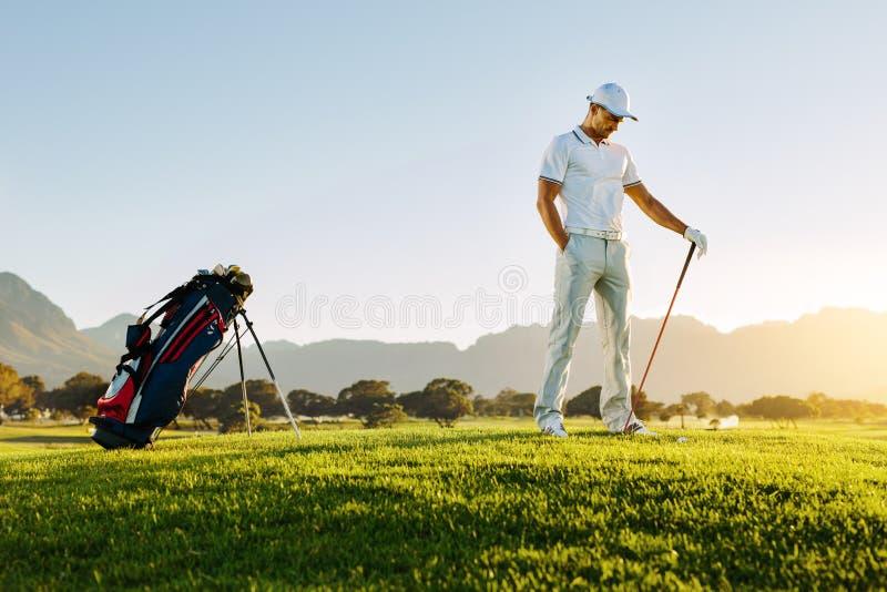 Professioneller männlicher Golfspieler auf Feld stockbilder