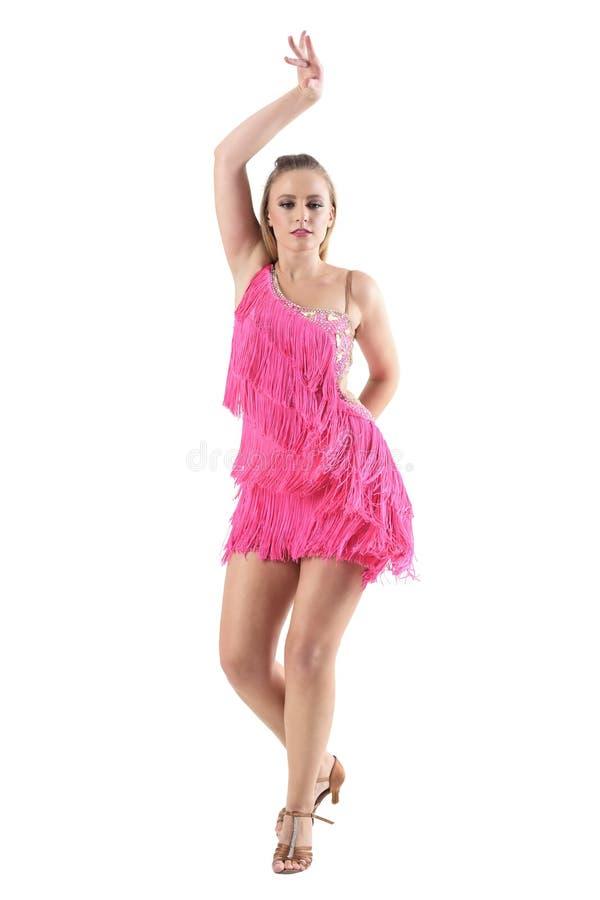 Professioneller Tänzer der jungen Frau mit dem Arm hob oben Tanzlage an lizenzfreie stockfotografie