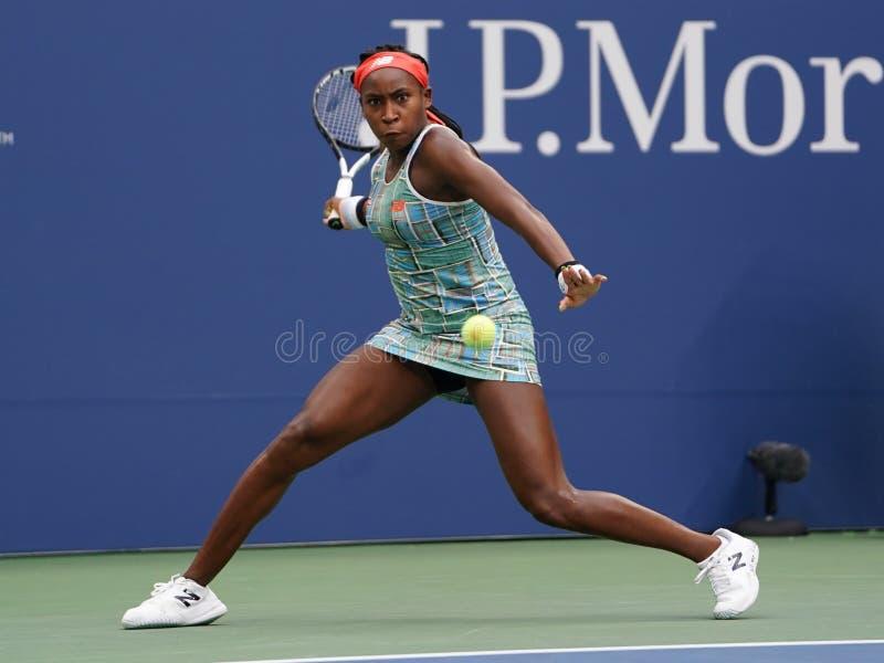 Professioneller Tennisspieler 15-jähriger Coco Gauff aus den Vereinigten Staaten bei ihrem ersten Runden Spiel 2019 in den USA Op lizenzfreie stockfotos