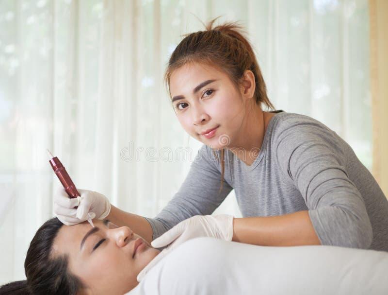 Professionelles dauerhaftes Make-upzutreffen stockfotos