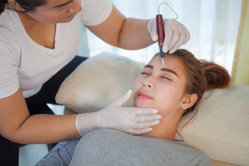 Professionelles dauerhaftes Make-upzutreffen stockbilder