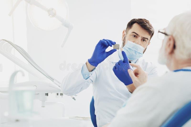 Professionelles männliches Zahnarztvertretungsproblem lizenzfreie stockbilder