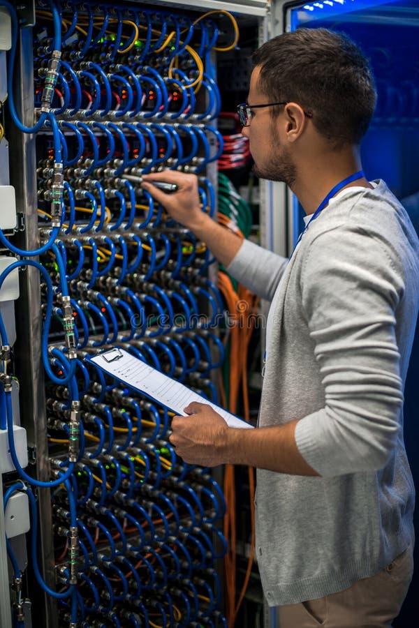 Professionista IT che lavora con i server fotografie stock