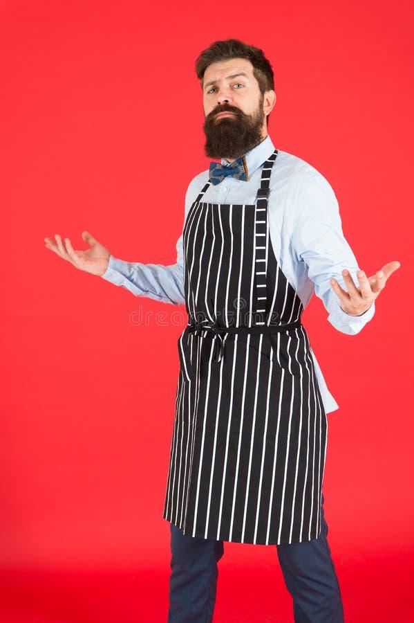 Professionista in cucina Cottura barbuta del cuoco unico dell'uomo Pantaloni a vita bassa che cucinano casa o ristorante Concetto immagine stock libera da diritti