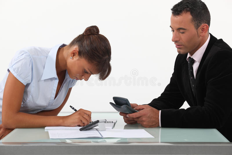 Professionisti che calcolano il loro bilancio fotografie stock
