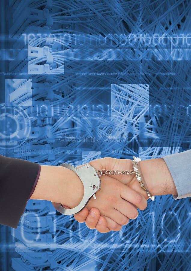 Professionisti di affari che stringono le mani in manette contro il fondo di codifica fotografia stock libera da diritti