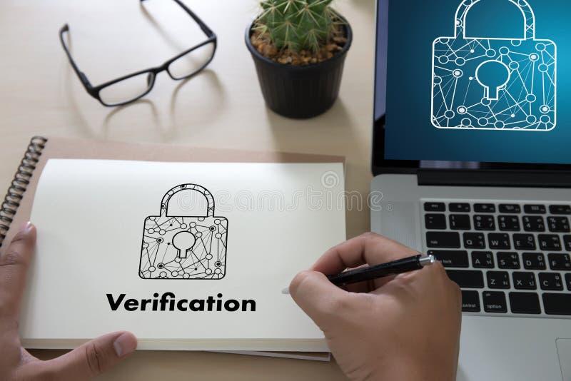 Professionisti di azione di verifica che lavorano PA trattato di prestazione fotografia stock libera da diritti