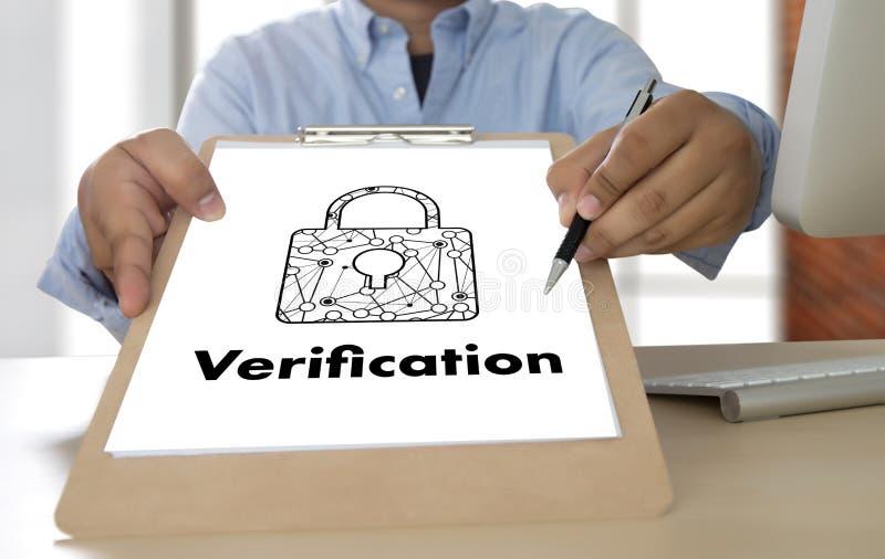 Professionisti di azione di verifica che lavorano PA trattato di prestazione fotografie stock libere da diritti