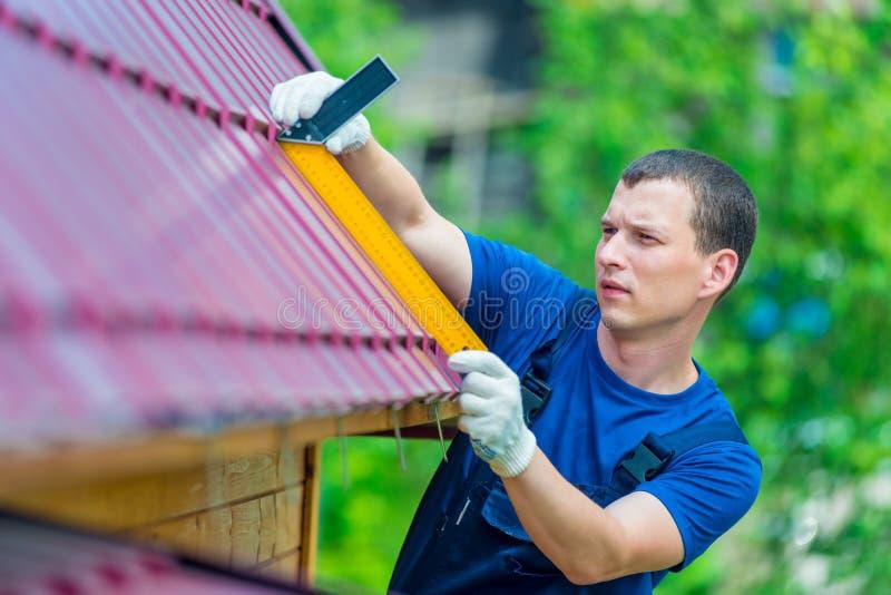 Professionnel avec les réparations d'outil le toit images libres de droits