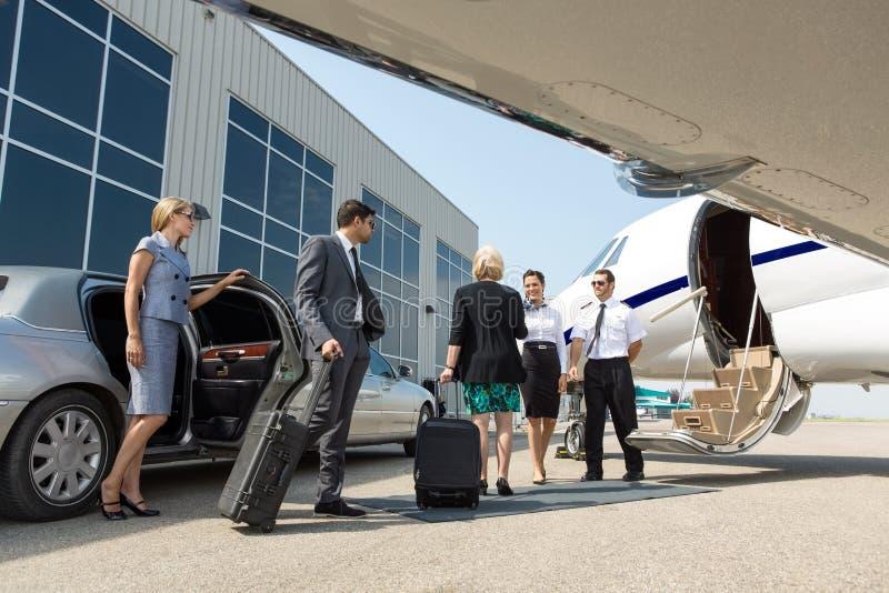 Professionnel d'affaires environ pour embarquer le jet privé images libres de droits