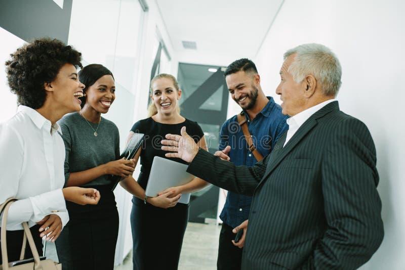 Professionnel d'entreprise ayant la réunion informelle photo stock