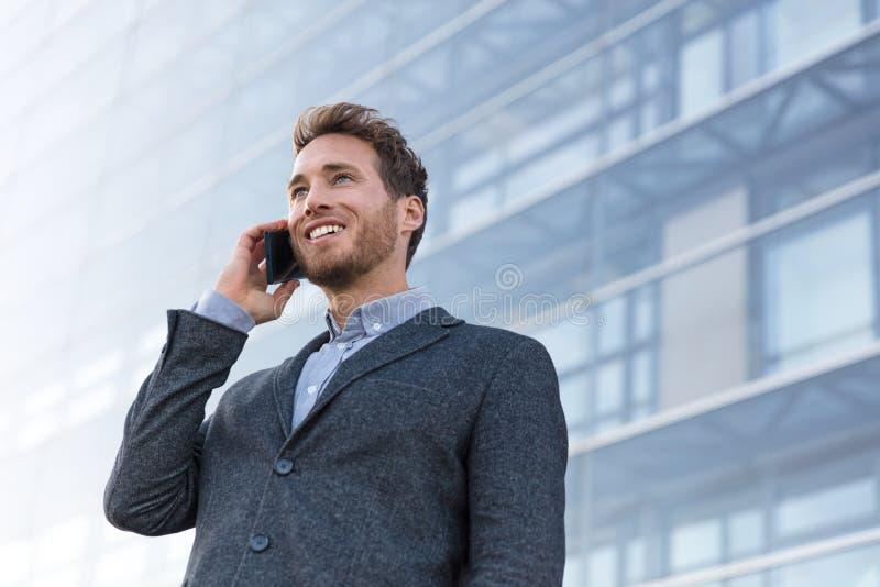 Professionnel d'homme parlant au téléphone appelle l'associé Vrai agent immobilier ou avocat d'homme d'affaires ayant la négociat images stock