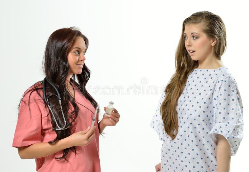 Professionnel médical et patient femelles images libres de droits