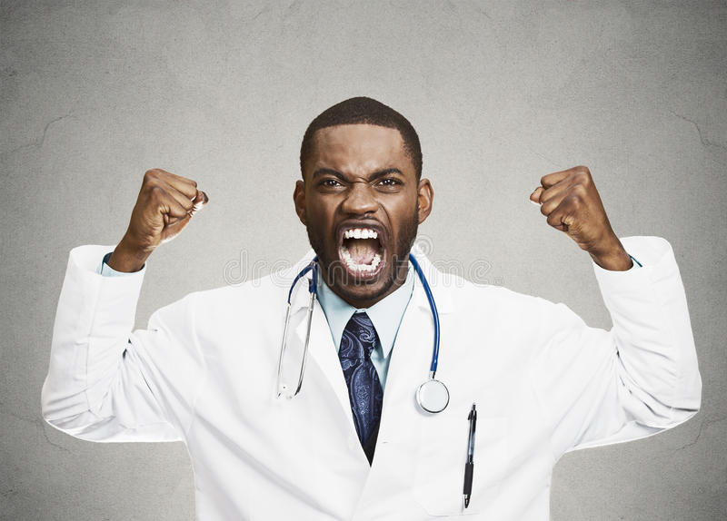Professionnel masculin de soins de santé de renversement grossier fâché, docteur image libre de droits