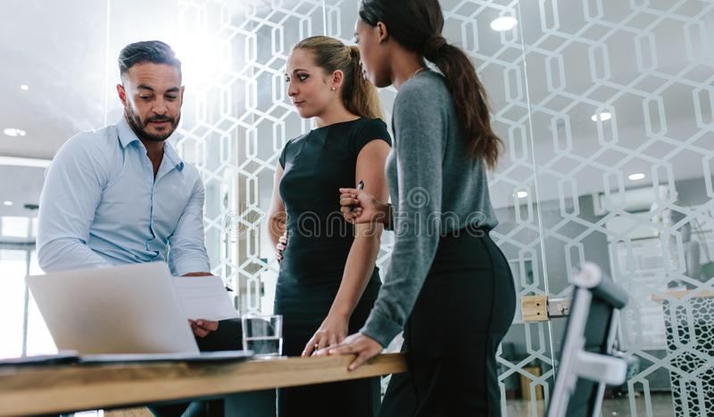 Professionnel travaillant ensemble sur leur nouveau plan d'action photo stock