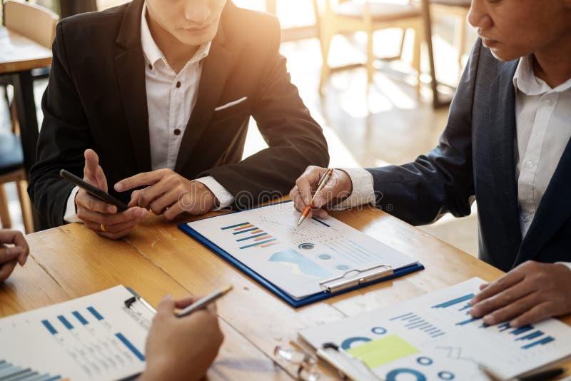 Professionnels d'équipe d'affaires travaillant analysant des données avec le rapport financier dans le bureau Concept de journali images libres de droits
