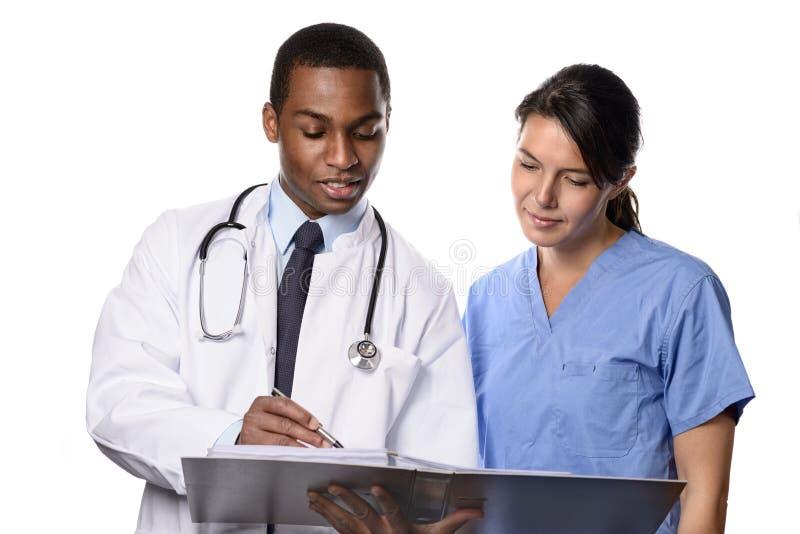 Professionnels médicaux discutant des infos patientes images libres de droits