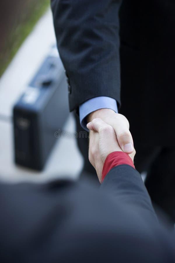 Professionnels se serrant la main image libre de droits