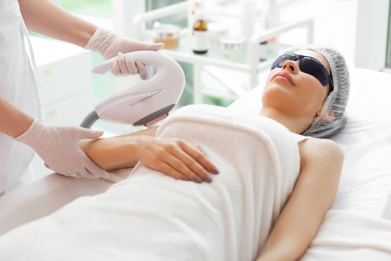 Professonal żeński dermatolog używa specjalnego przyrząd fotografia royalty free